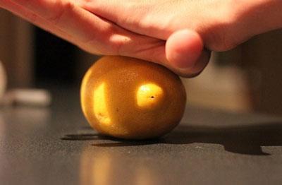 Как выжать лимон без соковыжималки раскатывая его