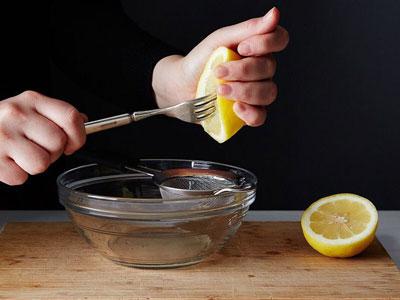 выдавливаем сок лимона с помощью вилки