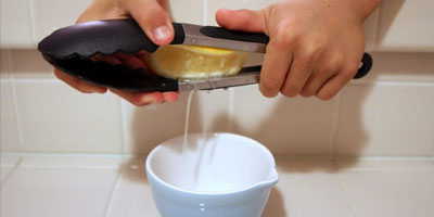 как выдавить сок с помощью щипцов из лимона