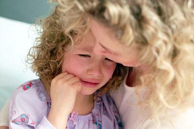 мама успокаивает ребенка с истерикой